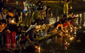 loi krathong festival floating candles river history origin